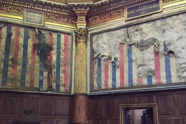 Les papiers peints étaient conservés sous un retable