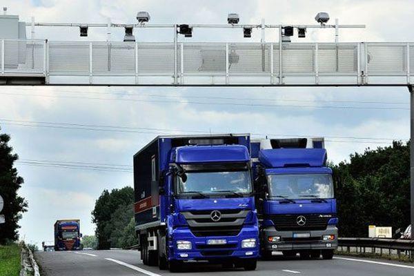 Des camions sous un portique Ecotaxe (image d'illustration)