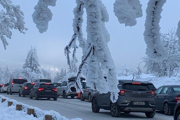 Pour être certains d'arriver au sommet, les adeptes de la neige sont arrivés dès 8 heures. Tous seront repartis en milieu d'après-midi pour respecter le couvre-feu avancé à 18 heures