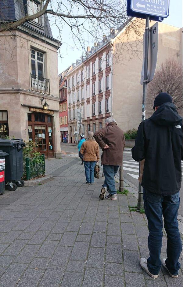 Ségolène fait la queue devant une boulangerie, vendredi 20 mars à Strasbourg