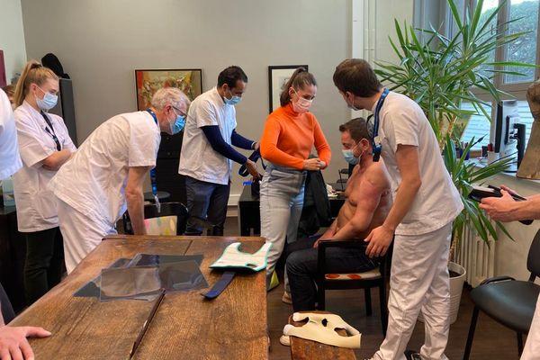 Felix Gretarsson, avec son épouse dans le bureau du docteur Aram Gazarian, l'un des chirurgiens qui ont pratiqué la greffe à l'Hôpital Edouard Herriot