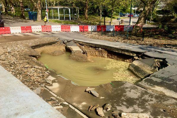 Une conduite de transport d'eau potable a crevé ce dimanche matin 18 avril dans le quartier du Petit-Port à Nantes