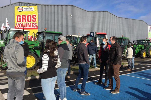 Les agriculteurs se mobilisent et vont à la rencontre des consommateurs pour les sensibiliser à leur cause.