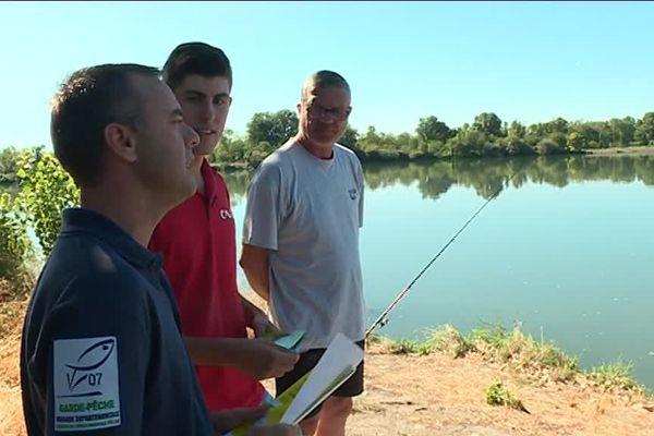 Un garde pêche et un chargé de mission auprès de la Compagnie Nationale du Rhône (CNR) pour informer les pêcheurs des dangers de se trouver en aval des ouvrages hydroélectriques
