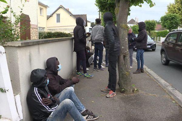 Quelques dizaines de jeunes migrants, pour la plupart originaires du Soudan, sont revenus à Ouistreham après le confinement. Ils espèrent tous passer en Angleterre.