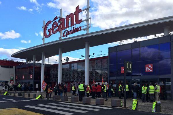 Les salariés du Géant Casino de Vals-près-le-Puy se sont rassemblés devant le magasin pour protester contre l'automatisation des caisses le dimanche après-midi.