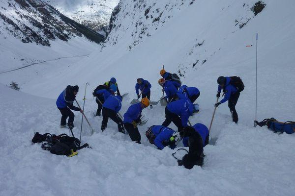 Les CRS de montagne à la recherche de randonneurs pris dans une avalanche en 2018.