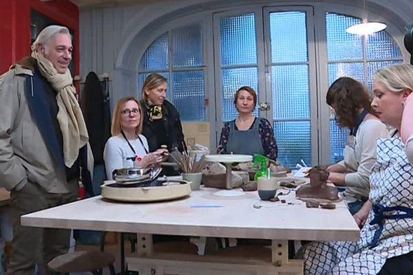 Stéphane Thebaut et toute l'équipe de La Maison France 5 en tournage dans l'atelier de Julie Facq à Troyes.