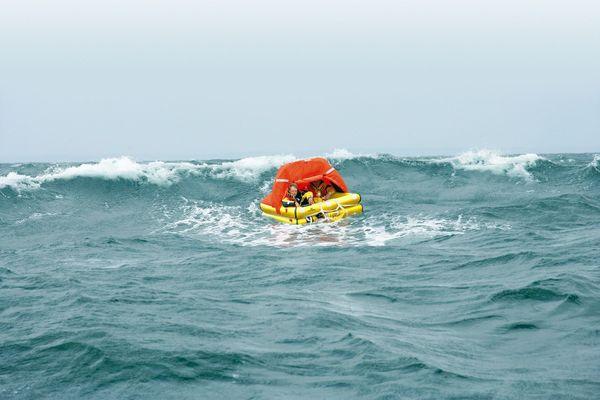 C'est un radeau de survie comme celui-ci que Kévin Escoffier a dû utiliser pendant le Vendée Globe