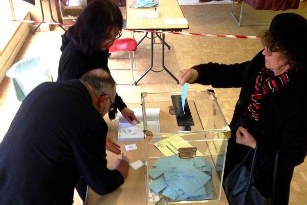 Vote dans un bureau de la ZUP de l'Aurence à Limoges