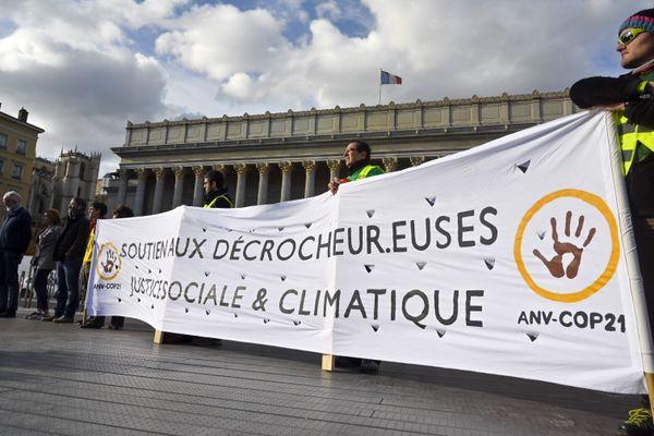 19 decembre 2019 -  Fanny Delahalle et Pierre Goinvic, les deux décrocheurs lyonnais passaient devant la Cour d Appel de Lyon, après la relaxe du TGI le 16 septembre 2019 reconnaissant la legitimité de leur action et l'etat de nécessité devant les enjeux climatiques actuels