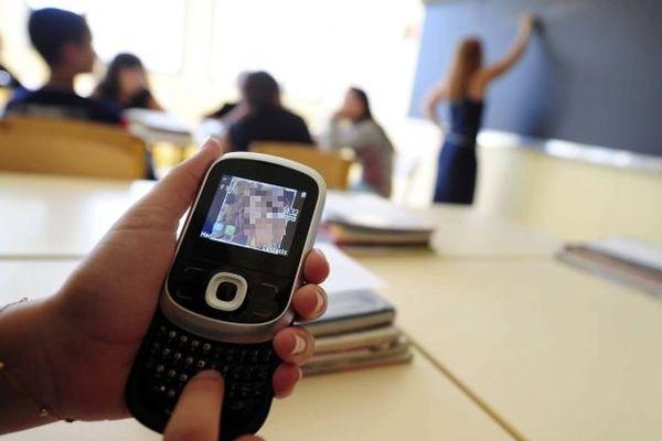 Un téléphone portable dans un établissement scolaire