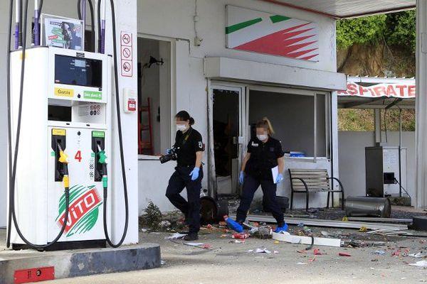 Une station service à Sartène soufflée en partie par une explosion au gaz, le 16 mai 2016, en Corse-du-Sud.