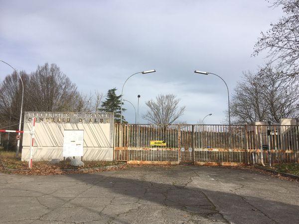 Dela grande époque du charbon il ne reste que le portail d'EDF.Témoin de 37 ans d'activité.