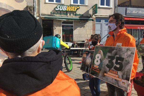 Les bénévoles devant l'enseigne américaine place de La Motte à Limoges