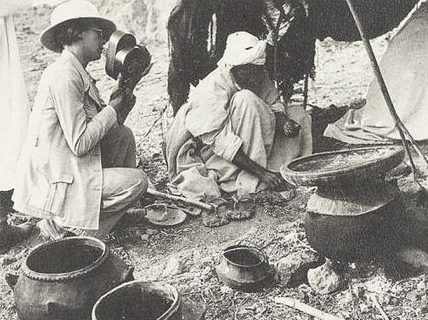 Thérèse Rivière, lors de sa mission, chez les Ouled Abderrahman, au Douar Tadjmout.