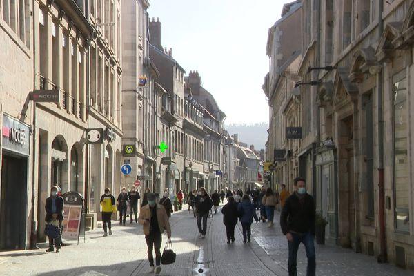 Dans le centre-ville de Besançon, les passants sont nombreux ces jours derniers