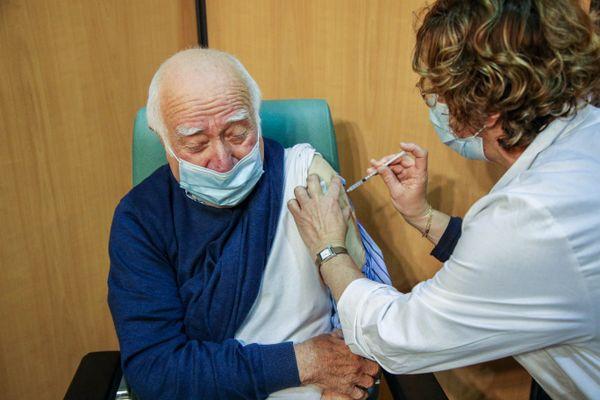 Depuis l'ouverture du vaccinodrome au Parc des expositions d'Agen, les injections s'enchaînent selon le planning des publics prioritaires.
