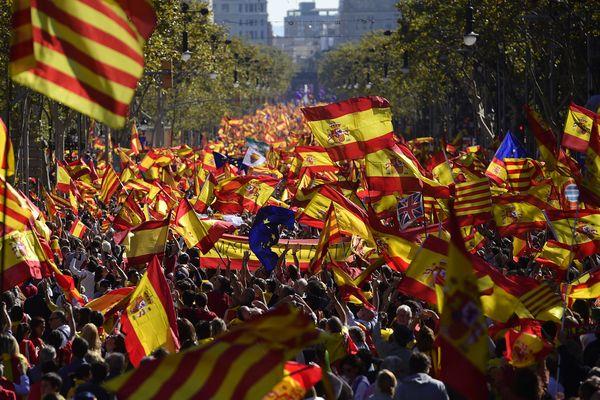 Ils sont des milliers dans les rues de Barcelone à manifester pour que la Catalogne reste en Espagne - 29 octobre 2017 -