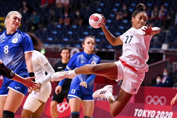 La joueuse française Estelle Nze Minko devant les buts russes lors de la finale des JO 2021 de handball.