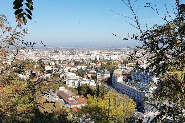 Dans une vidéo de 7 minutes, la Ville de Clermont-Ferrand vous embarque pour une balade à travers la ville telle qu'elle sera dans le future, entre plans au drone et images de synthèse.