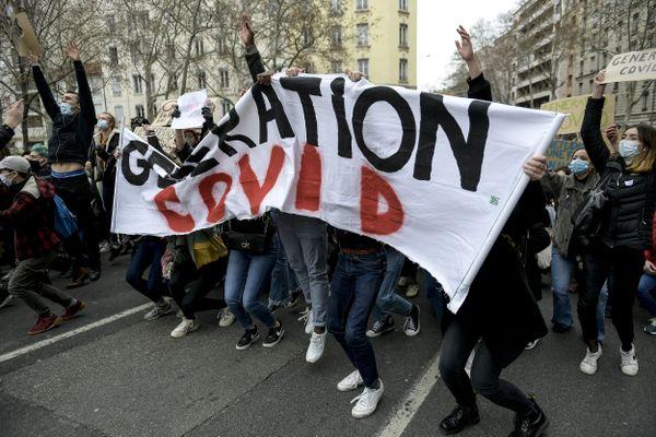 Lyon : dans la rue, les étudiants refusent d'être une #générationsacrifiée. Un appel national à la mobilisation lancé ce mardi 16 mars 2021, un an après le début du confinement et la crise Covid. (image archives 21/1/21 à Lyon)