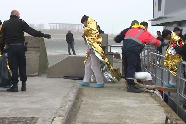 Les migrants secourus ont été débarqués au port de Calais ce vendredi matin.