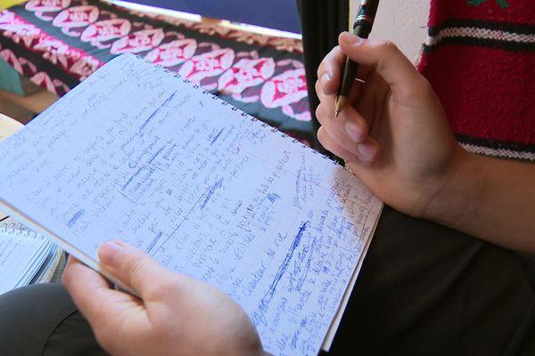 Charlotte Dubost griffonne dans ses carnets des poèmes qu'elle placarde ensuite dans les villes.
