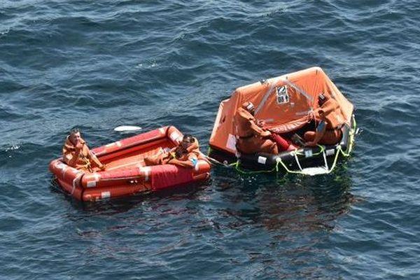 Les naufragés du Marie Louis ont été hélitreuillés depuis leurs radeaux de survie