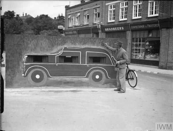 """Un """"trompe-l'oeil"""" dissimulant une casemate et l'emplacement de mitrailleuses, à Felixstowe (Suffolk, est de l'Angleterre), le 24 août 1940."""