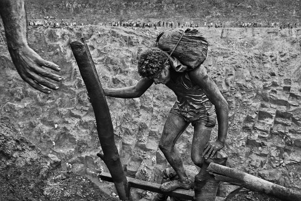 Un travail harassant pour ces chercheurs d'or de la mine de Serra Pelad