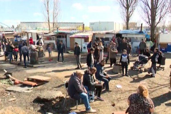 """""""Je n'ai pas compris pourquoi ils nous accusent, pourquoi ils sont racistes avec nous"""", témoigne un membre de la communauté rom habitant dans ce bidonville de Bobigny (Seine-Saint-Denis)."""