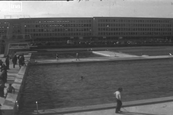 Les officiels près du tout nouveau bassin de la piscine en plein air Louison Bobet à nancy en juin 1966. En arrière plan le lycée Chopin.