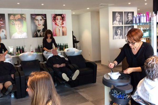 Les coiffeuses au travail dans leur salon partagé en co-working à Angoulême.