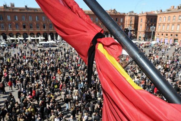 23 mars 2012 : Des centaines de personnes rassemblées place du Capitole en hommage aux victimes de Mohamed Merah