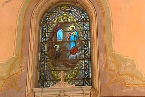 Un vitrail de l'Eglise Saint-Pierre de Senozan
