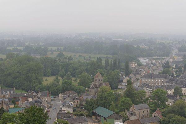 Dans l'Orne, Domfront passera le début de la matinée dans la grisaille avant de retrouver un ciel plus clair.