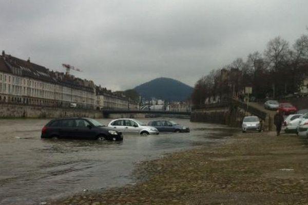 Dans le centre-ville de Besançon les voitures stationnées quai de Strasbourg ont les roues dans l'eau