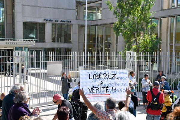 Montpellier - Des sympathisants de Denis Agret manifestent devant le tribunal correctionnel où devait être jugé le médecin ce mercredi 6 octobre 2021. Le procès a finalement été reporté au 23 février 2022.