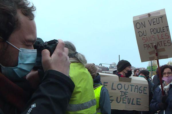 Bastien Doudaine est un jeune photographe lyonnais, qui avait réalisé les clichés du jeune Arthur N. en décembre 2019. Il était bien-sûr présent ce samedi 5 décembre, tout le long de la manifestation de Lyon contre la loi de sécurité globale.