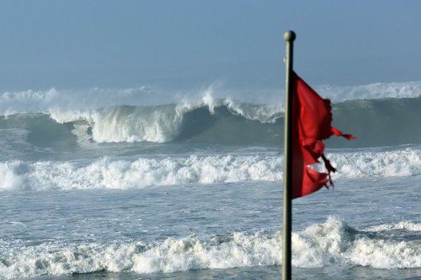 Le drapeau rouge levé sur la plage de Mimizan en 2014.