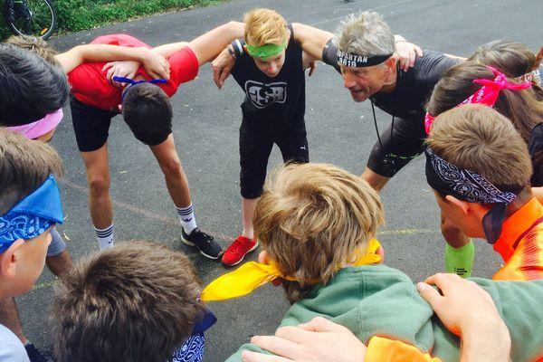 Le coach sportif, Patrice Bruneteau en pleine séance de motivation avec des élèves en difficulté du lycée Gaston Chaissac à Niort (79).