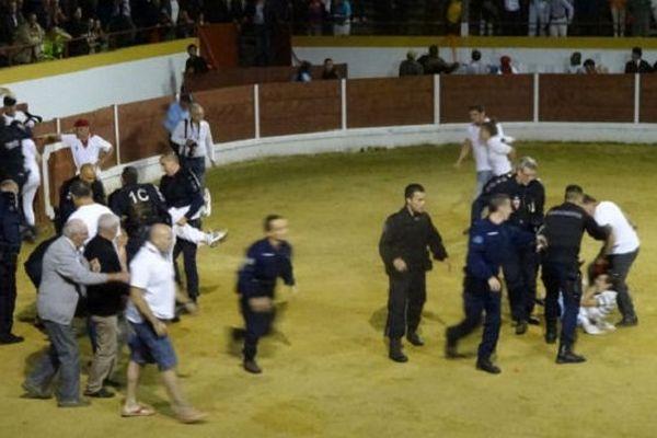 Les CRS ont évacué manu militari les militants anti-corrida.