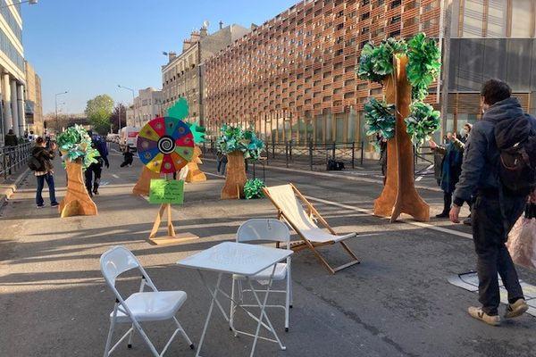 Une aire de jeux éphémère installée devant l'école Pleyel-Anatole France à Saint-Denis pour dénoncer le projet d'échangeur routier.