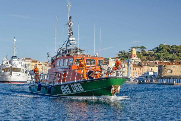 Le navire de la SNSM de Saint-Tropez dans le port de la ville.