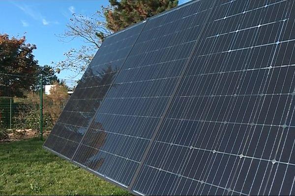 Le panneau solaire n'a pas sa place que sur les toits: Mobasolar propose à ses clients de l'implanter au milieu de leur jardin, grâce à un socle en béton.