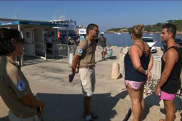 Les vacanciers en partance pour Porquerolles sont informés par des comédiens de la bonne conduite à tenir pendant leur séjour.
