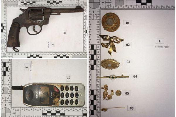 Armes, bijoux, portable... ces objets ont été retrouvés dans un sac au fond de l'eau d'un lac à Blanquefort. Les gendarmes tentent de découvrir leur provenance.