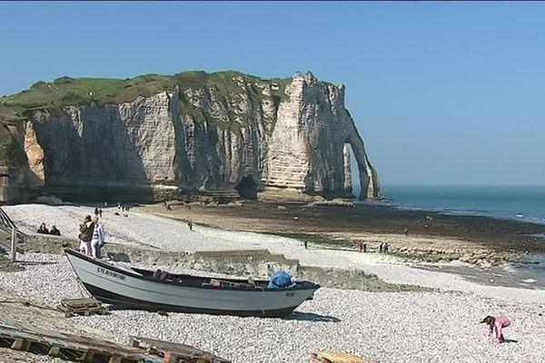 Le trou à l'homme se situe à gauche de la plage d'Etretat. Le tunnel permet d'accéder à une seconde plage.