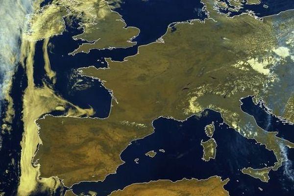 Image du satellite METEOSAT10, le 30/06/2015 à 12h00 UTC : comme annoncé depuis plusieurs jours, mardi a débuté une période de fortes chaleurs en France.